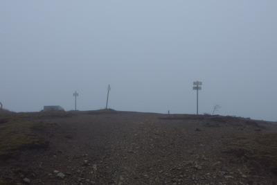厚い雲と強風により寒さ厳しい、4月下旬の鈴鹿山脈御池岳北縁の鈴北岳頂部