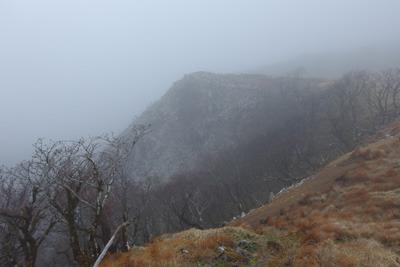 「ボタンブチ」付近から見た曇天に霞む「天狗の鼻」の崖