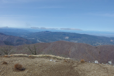 御池岳南端部から見た鈴鹿山脈主稜線と後方の養老山地