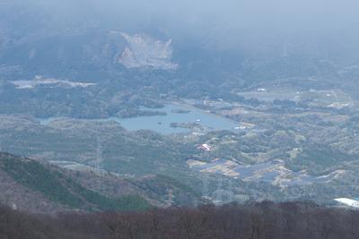 御池岳と鞍掛峠を結ぶ鈴鹿山脈稜線から見た三重員弁の中里ダムと鈴養湖