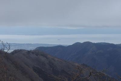 御池岳と鞍掛峠を結ぶ鈴鹿山脈稜線から見た琵琶湖や多景島