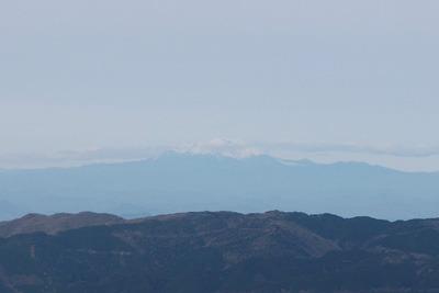 御池岳と鞍掛峠を結ぶ鈴鹿山脈稜線から見た木曽御嶽山