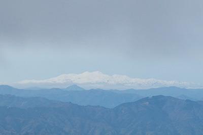 御池岳と鞍掛峠を結ぶ鈴鹿山脈稜線から見た、㋃下旬ながら多くの雪纏う白山