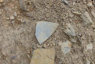 安祥寺山北尾根の林道掘削現場で発見した古代の須恵器とみられる陶片