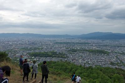 大文字山火床から見た京盆地を覆う厚い雲と緊急事態宣言下のハイカー