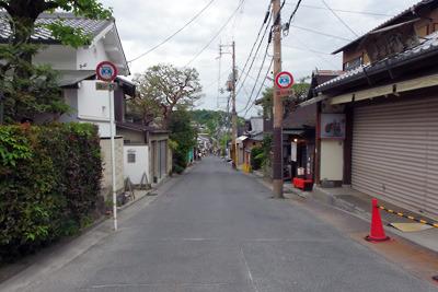 新型コロナ自粛で観光客が消え、店も閉じられた銀閣寺参道商店街