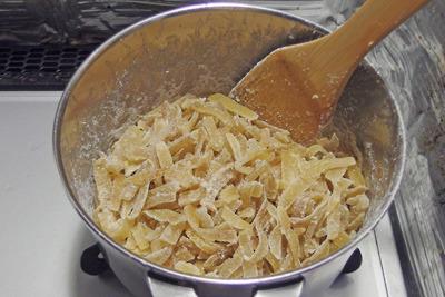 鍋で煮詰め炒めて完成した日向夏蜜柑のピール