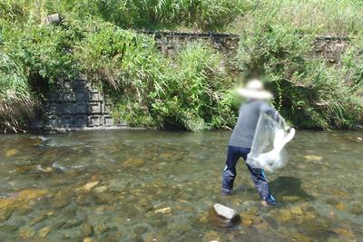 川のなかで投網を投げようとする瞬間。滋賀県西北部・石田川中流にて
