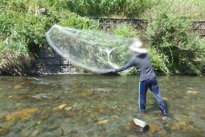 川のなかで投網を投げた瞬間。滋賀県西北部・石田川中流にて