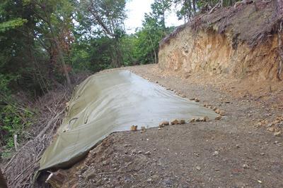 シートで養生された、安祥寺山北尾根遺構傍の林道路肩の亀裂部分