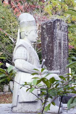 京都市街東部・紫雲山山上にある金戒光明寺会津墓地にある松平容保公の石像
