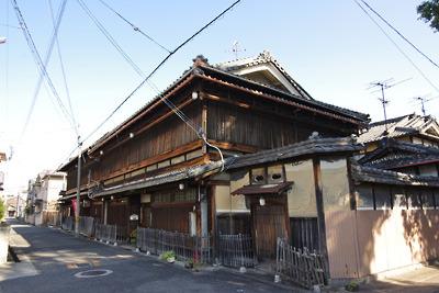 奈良・大和郡山の洞泉寺遊郭跡地の源九郎稲荷前に残る2棟の大型妓楼