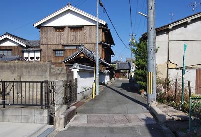 奈良・大和郡山洞泉寺遊郭跡の南奥から見た旧川本楼(現・町家物語館)の側面
