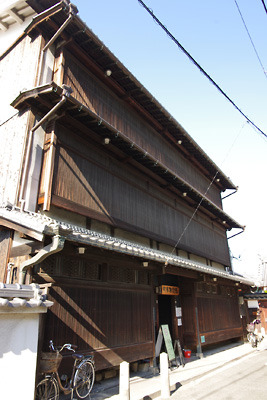 奈良・大和郡山洞泉寺遊郭跡に残る木造3階建の公開妓楼「町家物語館(旧川本楼)」