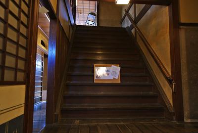 奈良・大和郡山洞泉寺遊郭跡の公開妓楼「町家物語館(旧川本楼)」2階と3階を繋ぐ大階段