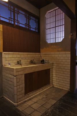 奈良・大和郡山洞泉寺遊郭跡の公開妓楼「町家物語館(旧川本楼)」の1階の洗面所