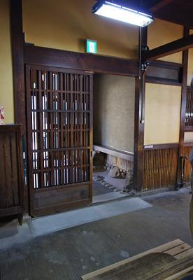 奈良・大和郡山洞泉寺遊郭跡の公開妓楼「町家物語館(旧川本楼)」の玄関奥の通庭