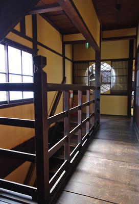 奈良・大和郡山洞泉寺遊郭跡の公開妓楼「町家物語館(旧川本楼)」2階の階段室と廊下