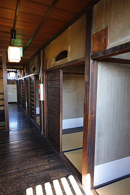 奈良・大和郡山洞泉寺遊郭跡の公開妓楼「町家物語館(旧川本楼)」の3階廊下沿いに並ぶ客間