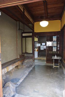 奈良・大和郡山洞泉寺遊郭跡の公開妓楼「町家物語館(旧川本楼)」の玄関内部