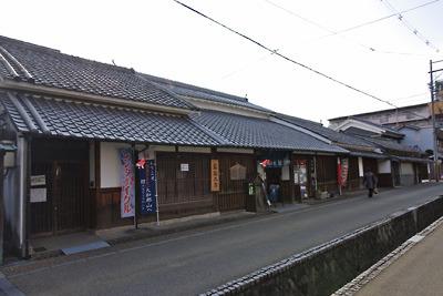 奈良・大和郡山の旧城下に残る最古の町家で紺屋建築の箱本館全景と紺屋川