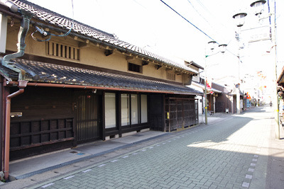 ばったり床几と角張った虫籠窓のある奈良・郡山の古い町家