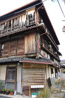 奈良郡山南部・旧東岡遊郭跡に残る荒れ果てた3階建大型妓楼