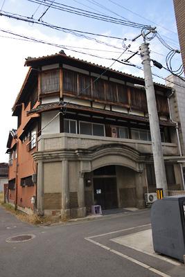 奈良郡山南部・旧東岡遊郭跡に残る擬似洋館造りの玄関を持つ3階建大型妓楼