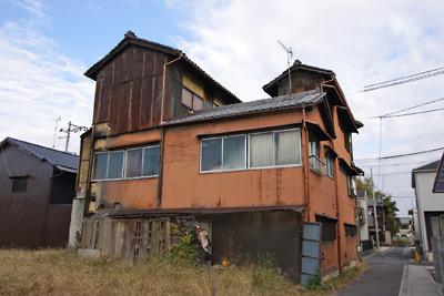 奈良郡山南部・旧東岡遊郭跡に残る擬似洋館造りの玄関を持つ3階建大型妓楼の後面