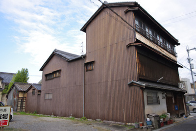 奈良郡山南部・旧東岡遊郭跡に残る木造3階建の大型妓楼