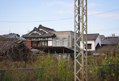 奈良郡山市街南部・旧東岡遊郭隣の西岡町の和洋折衷の古建築