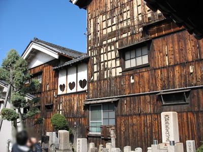 2009年3月1日に撮影した奈良・大和郡山洞泉寺遊郭跡の旧川本楼(現・町家物語館)側面の傷み具合