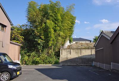 郡山市街南部に残る、大和郡山城総構の土居跡の土塁と堀跡の駐車場