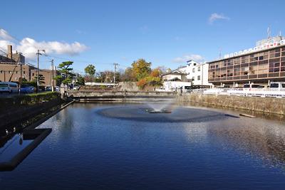 大和郡山城旧三ノ丸(五軒屋敷)南、現郡山市役所前に残る水堀跡