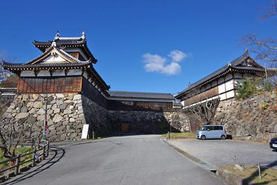 再建された追手向櫓と追手門がはだかる大和郡山城の追手虎口