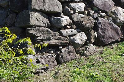 大和郡山城の本丸石垣にまぎれる墓石基壇等の転用石