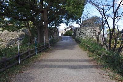 大和郡山城廃城後に土橋に改変された竹林橋から竹林門跡の石垣と本丸方面をみる