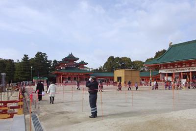 密集防止を意図した臨時の誘導柵や間隔目印が設けられた平安神宮・大極殿前広場