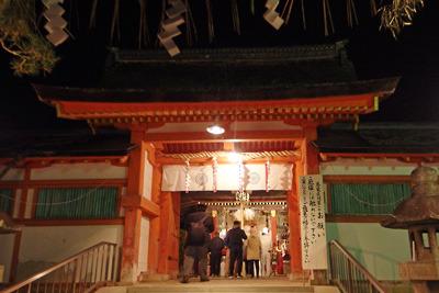新型コロナ流行と緊急事態宣言の影響で人が少ない、節分祭の夜の吉田神社・大元宮