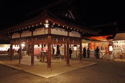 吉田神社の拝殿と本殿の門、社務所等が見える境内中枢部