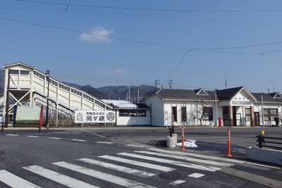 古い形式の跨線橋が地方的雰囲気を醸して旅情を刺激するJR関ヶ原駅の駅舎