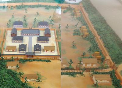 左:不破関復原模型の内郭部分。右:不破関復原模型の「東城門」及び東外郭の築地土塁や望楼施設部分
