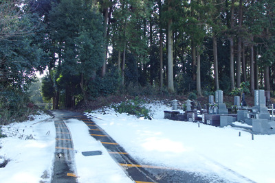 付近に雪残る、古代不破関の北外郭土塁遺構
