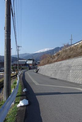 雪を戴く伊吹山に向かい続く旧北国脇往還道と僅か16年で廃された旧東海道線跡を利用する新国道(365号線)