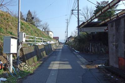 尾根地形を切通して続く関ヶ原玉地区の旧脇往還道(東を見る)