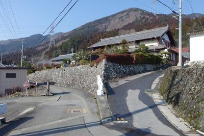 関ヶ原玉地区中心部にある立派な古式石垣と大型民家
