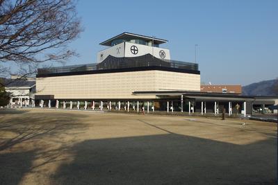 旧北国脇往還道から見た真新しい岐阜関ケ原古戦場記念館