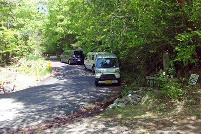 緊急事態宣言下にも拘らずレジャー客の車で埋る湖南アルプス麓の林道