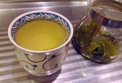 清水焼湯飲みに入った、緑鮮やかな、電子レンジ製茶した京都東山の野生新茶