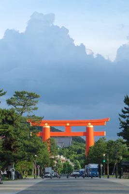 平安神宮大鳥居とその後背上空を横切る積乱雲